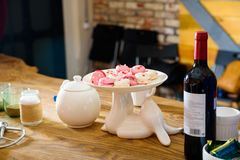 Macarons cor-de-rosa e brancos no cakestand branco Foto de Stock Royalty Free