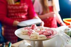 Macarons cor-de-rosa e brancos no cakestand branco Imagens de Stock