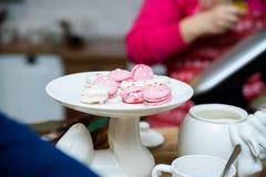 Macarons cor-de-rosa e brancos no cakestand branco Fotografia de Stock Royalty Free
