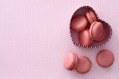 Macarons coração-deu forma à caixa de presente Imagens de Stock Royalty Free