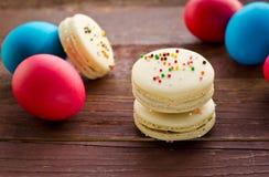 Macarons décorés colorés de Pâques Photo stock