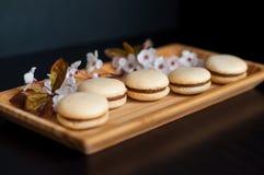Macarons décorés des fleurs Photo stock