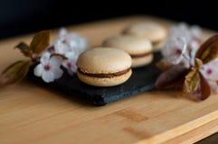 Macarons décorés des fleurs Photographie stock libre de droits