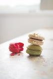 Macarons délicieux colorés dans l'arrangement brillamment éclairé à contre-jour avec l'espace libre Photo libre de droits