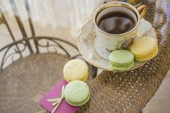 Macarons d'amour avec du café Photo stock