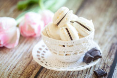 Macarons da baunilha com ganache do chocolate Fotografia de Stock