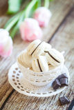 Macarons da baunilha com ganache do chocolate Foto de Stock Royalty Free