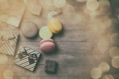 Macarons da cor com presentes Imagem de Stock