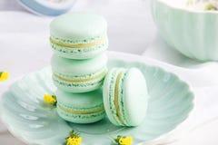 Macarons da hortelã de turquesa Sobremesa delicada francesa para o café da manhã Fotos de Stock Royalty Free