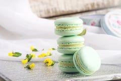 Macarons da hortelã de turquesa Sobremesa delicada francesa para o café da manhã Fotografia de Stock