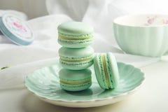 Macarons da hortelã de turquesa Sobremesa delicada francesa para o café da manhã Foto de Stock