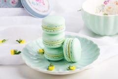 Macarons da hortelã de turquesa Sobremesa delicada francesa para o café da manhã Foto de Stock Royalty Free