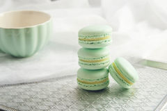 Macarons da hortelã de turquesa Sobremesa delicada francesa para o café da manhã Fotos de Stock