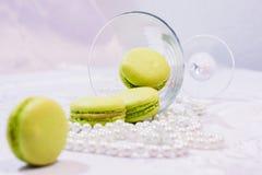 Macarons da sobremesa ao lado de um vidro do cocktail Imagens de Stock