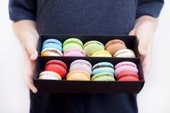 macarons da sobremesa na caixa de madeira preta Fotografia de Stock