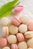 Macarons da sopra con il tulipano Fotografia Stock