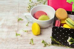 Macarons dans la tasse de café Images libres de droits