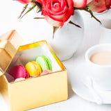 Macarons dans le boîte-cadeau Photo stock
