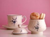 Macarons dans le sucrier et la tasse Photographie stock libre de droits
