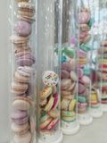 Macarons dans les hautes bouteilles en verre Repas doux images libres de droits