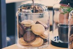 Macarons dans un pot en verre Images libres de droits