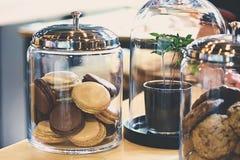 Macarons dans un pot en verre Photo libre de droits