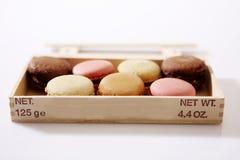 Macarons dans une boîte Image stock