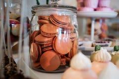 Macarons de chocolat dans le pot Photographie stock libre de droits
