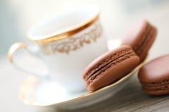 Macarons de chocolat et cuvette de café Images libres de droits