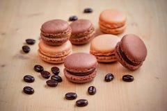 Macarons de chocolat et de caramel sur la table en bois Photographie stock libre de droits