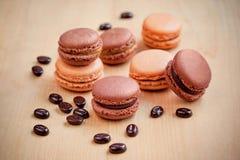 Macarons de chocolat et de caramel sur la table en bois Photo libre de droits