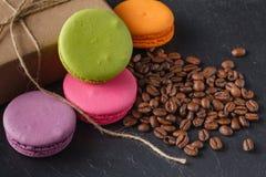 Macarons de Colorfull avec les grains de café rôtis image libre de droits
