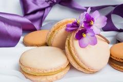 Macarons de couleur sur un fond blanc Photo libre de droits