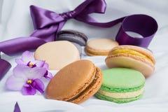 Macarons de couleur sur un fond de fwhite Photo stock