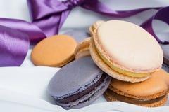 Macarons de couleur sur un fond de fwhite Image libre de droits