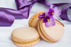 Macarons de couleur sur un fond de fwhite Images stock