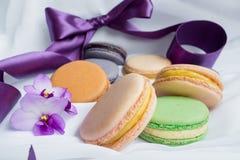 Macarons de couleur sur un fond de fwhite Photographie stock
