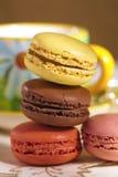 Macarons de fête avec la cuvette de thé, colorée Photos libres de droits