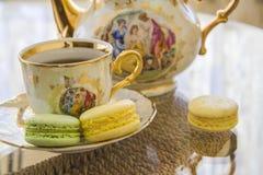 Macarons de matin d'amour avec le thé Image stock