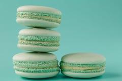 Macarons de turquoise sur le fond bleu vert Image libre de droits