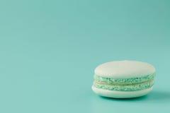 Macarons de turquoise sur le fond bleu vert Photos libres de droits