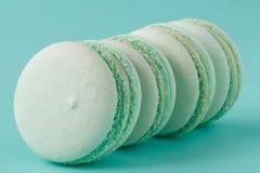 Macarons de turquoise sur le fond bleu vert Photo stock