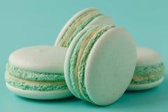 Macarons de turquoise sur le fond bleu vert Images libres de droits