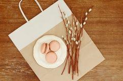 Macarons del caramelo en el manojo blanco del sauce de la placa y de gatito imágenes de archivo libres de regalías