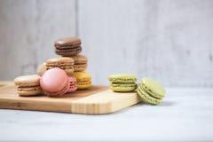 Macarons in den verschiedenen Farben Stockbilder