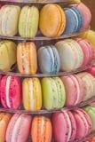 Macarons in den verschiedenen Farben und in den Aromen Stockfoto