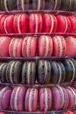 Macarons in den verschiedenen Farbschatten Stockfotos