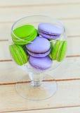 Macarons in der Glasschüssel Stockfotografie