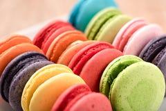 Macarons in der Platte auf hölzerner Tabelle Lizenzfreies Stockfoto
