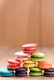 Macarons in der Platte auf hölzerner Tabelle Stockfotografie